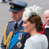 Bei den Royals wird stets auf einen ordentlichen Look geachtet. Klar, dass da kleine Hilfsmittel erlaubt sind: Bei aufwendigen Hochsteckfrisuren setzt Herzogin Catherine auf ein Haarnetz, das ihre brünette Pracht in Form hält.