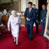 Die Queen soll laut Hoflieferant Stewart Parvin ihren ganz eigenen Trick gegen Windstöße haben: Sie soll sich in den Saum ihres Rocks kleine Gewichte nähen lassen, damit dieser unten bleibt. Ganz schön clever!