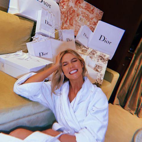 """Tüten, soweit das Auge reicht: """"Zwick mich"""", postet Karlie Kloss. Das Model befindet sich ineinem wahren Dior-Traum.instagram.com/karliekloss/"""