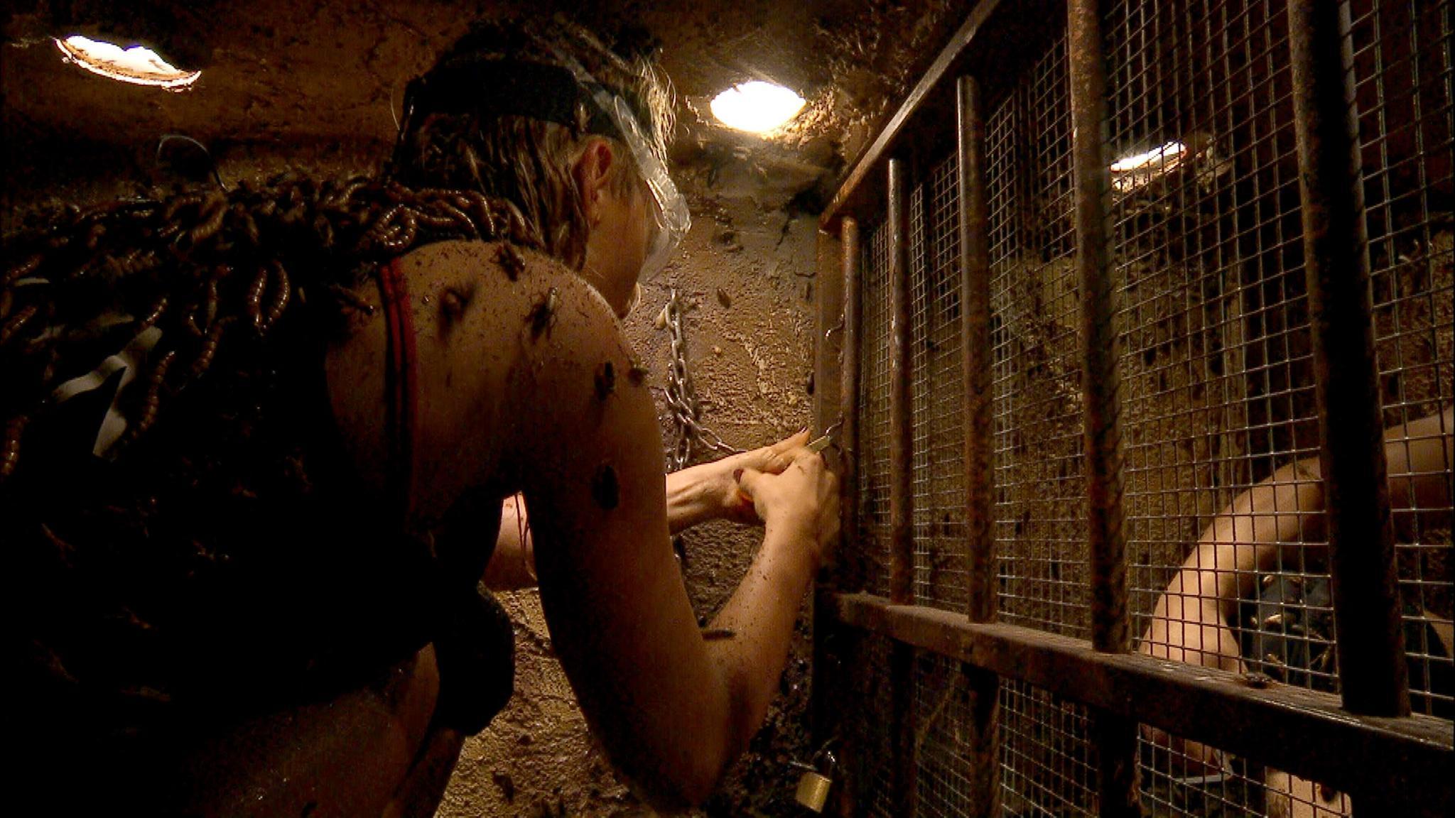 Evelyn befreit Bastian aus seinem Käfig