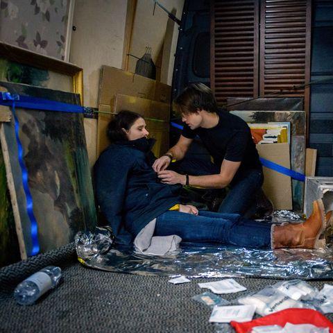 Denise (Helen Barke, l.) wurde angeschossen. Joshua (Julian Schneider, r.) hat Mühe, sie von ihren Schmerzen abzulenken.Folge 3091 wird voraussichtlich am 15. Februar 2019 ausgestrahlt