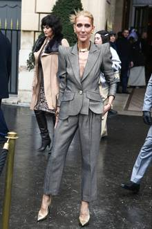 Trotz körperfern geschnittenem Hosenanzug gelingt es Céline Dion nicht, ihren besorgniserregend dünnen Körper zu kaschieren. Besonders ihr knochigesDekolleté fällt hier besonders ins Auge.