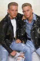 """Bros   Die Bros-Zwillinge Matt und Luke Goss könnten sogar bei einer #30YearChallenge mitmachen: Ende der 80er Jahre haben die Brüder und Schulfreund Craig Loganmit Hits wie """"When will I be famous?"""" und """"Cat among the Pigeons"""" für Kreisch-Alarm bei jungen Mädels gesorgt.Nach der Trennung der Boygroup, 1991, ist es lange Zeit still um die Goss-Boys geworden. Luke Goss hat zum Schauspieler umgeschult, Matt Goss hat als Sänger weitergemacht. Dann die frohe Kunde: Die Reunion-Konzerte 2017 entpuppt sichin Großbritannien als voller Erfolg. Auch im Jahr 2019, wie das rechte Foto beweist, zeigen sich die Zwillinge in Topform."""