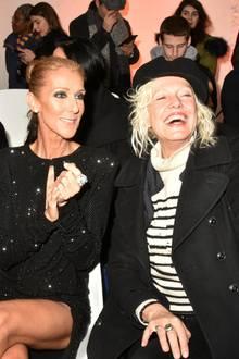 Céline Dion und Ellen von Unwerth haben ihren Spaß in der ersten Reihe bei Alexandre Vauthier. Mit dabei ist Céline Background-Tänzer Pepe Munoz, und die beiden verstanden sich auffällig gut...