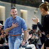 Designer Alexandre Vauthier bedankt sich für den überschwenglichen Applaus von Céline Dion und den anderen Gästen seiner Show.