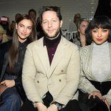 Derek Blasberg hat in der Front Row von Jean Paul Gaultier gleich zwei Schönheiten neben sich sitzen: Topmodel Irina Shayk (l.) und Kat Graham