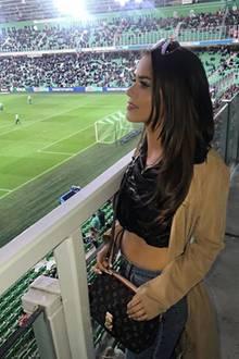 """Im Stadion drückt Jessica Paszka ihrem Ajdin die Daumen. Er spielt für den FC Groningen im Mittelfeld. """"Supporting you"""", schreibt sie zu dem Foto auf Instagram."""