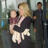 Norwegen ist um eine niedliche Prinzessin reicher: Prinzessin Ingrid Alexandra kommt am 21. Januar 2004 in Oslo zur Welt. Aufdem Arm von Mutter Prinzessin Mette-Marit scheint sich Ingrid Alexandra in der Öffentlichkeit durchaus wohl zu fühlen. Wie sollte es aber auch anders sein. In ein niedliches Strickjäckchen gekleidet scheint es auf Mamas Arm mehr als gemütlich zu sein.