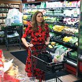 """In einem Supermarkt in Beverly Hills ist eine """"Golden Globe""""-Gewinnerin an der Gemüsetheke gesichtet worden. Keine Geringere als Amy Adams (""""Vice"""") schiebt, vermutlich hochfokussiert auf das Produkt ihrer Begierde, den Einkaufswagen vor sich her."""