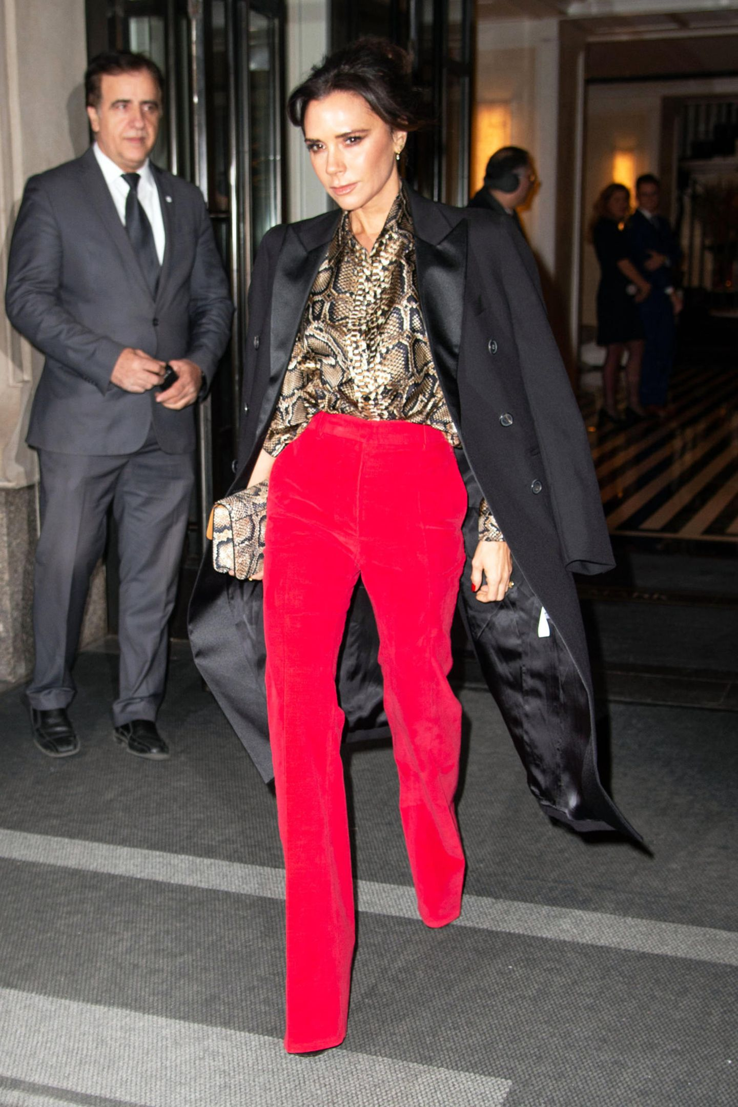 In einer Kombination aus Bluse in Schlangen-Optik, passender Handtasche, knallroter Hose und Blazer-Mantel traut sich sicherlich nicht jede Frau auf die Straße. Es sollten allerdings viel mehr Frauen tun, wie der Anblick von Victoria Beckham beweist.
