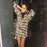 Ein komplett neuer Look mit nur wenigen Handgriffen: DenRock ihres Ensembles zieht Victoria Beckham einfach aus und posiert lässig für die Kamera. Von schick zu wild in weniger als einer Minute.