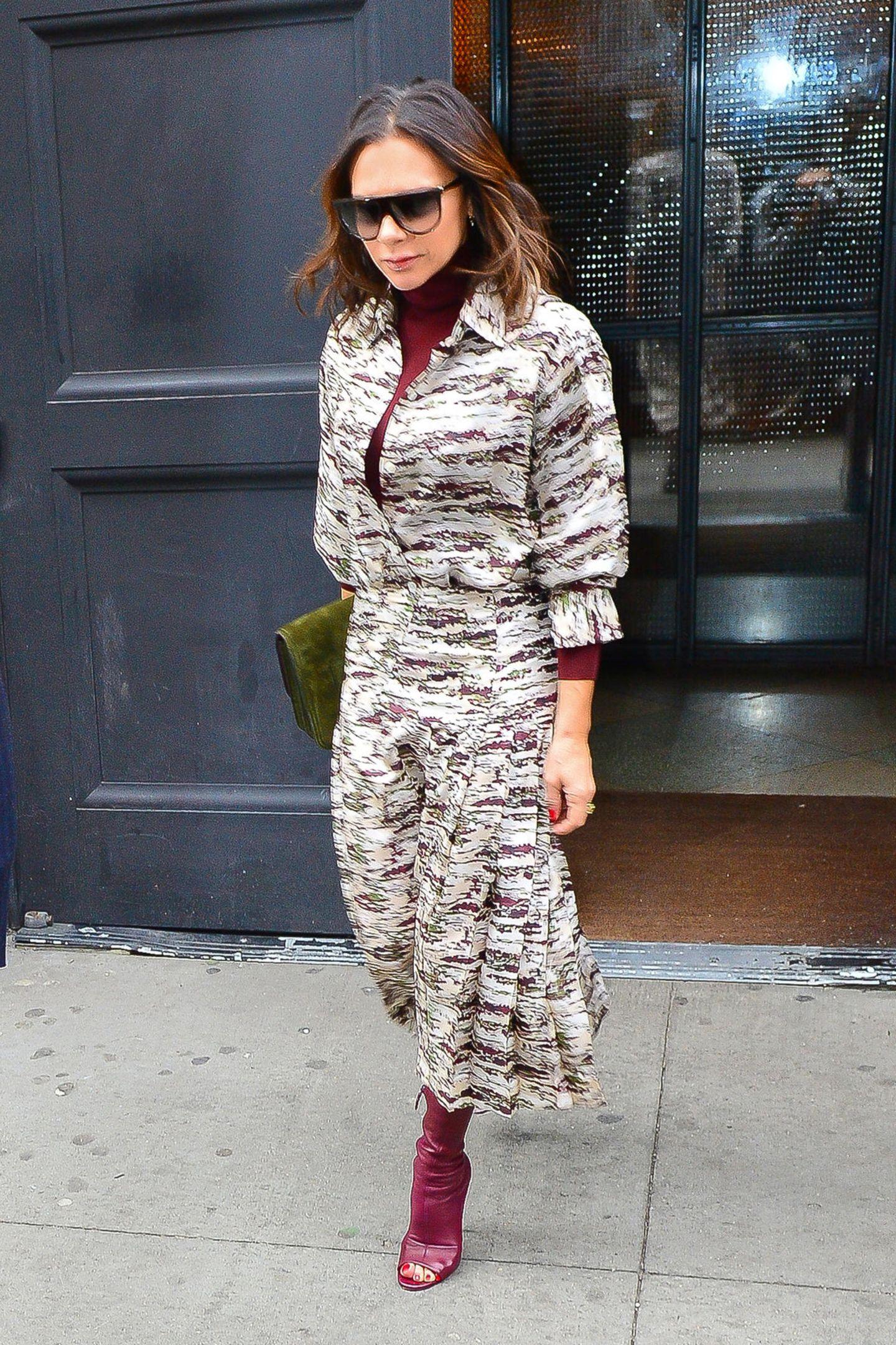 Victoria Beckham hat für Reebok eine Kollektion designt. Für die Launch-Party in London hat sie sich die Ehefrau von Star-Kicker David Beckham für ein Outfit entschieden, dass sie später am Abend kurzerhand umstylt ..