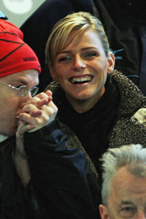 2006  Als sich Fürst Albert endlichmit seiner Freundin, der südafrikanischen Schwimmerin Charlène Wittstock bei der Eröffnungsfeier der Olympischen Winterspielein der Öffentlichkeit präsentierte, wurde viel über eine mögliche Hochzeit spekuliert. Die fand dann allerdings erst fünf Jahre später statt, eine Zeit, in der sie sich auf ihr Leben als Fürstin vorbereiten konnte.