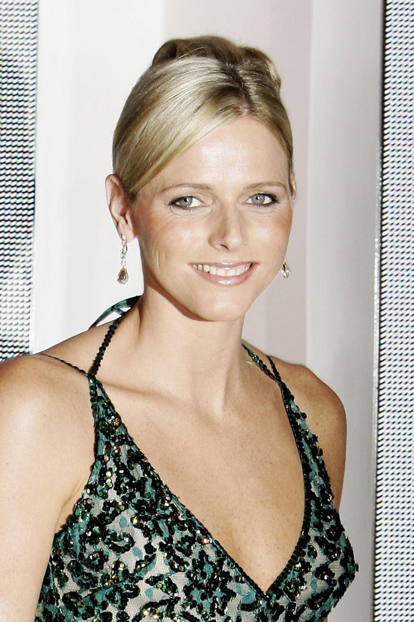 2006  Schon im August begleitete Charlène ihren Fürsten zum Rotkreuzball in Monaco. Ihr Gesicht wirkte damals noch vollkommen natürlich.