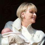 2015  Strahlend vor Glück und mit süßer Pony-Frisur präsentierte Charlène ihre gerade mal einen Monat alten Zwillinge Gabriella und Jacques auf dem Balkon des Fürstenpalastes.