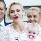 2015  Das Muttersein steht Fürstin Charlène, hier mit der süßen Prinzessin Gabriella, ganz hervorragend. Auch entdeckt sie ihre Vorliebe für knallroten Lippenstift.