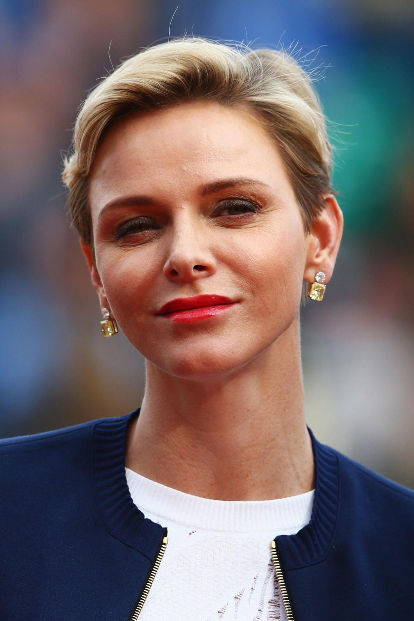 2016  Roter Lippenstift wird langsam zum Markenzeichen von Charlène.