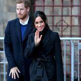 """Kein Wunder: Die Ledertasche in der Farbe """"Forest Green"""" kennen wir von Herzogin Meghan. Sie trägt diese bereits im Januar 2018 bei sich. Anders als Camilla kombiniert sie die grüne Tasche von DeMellier London zu einem schwarzen Outfit."""