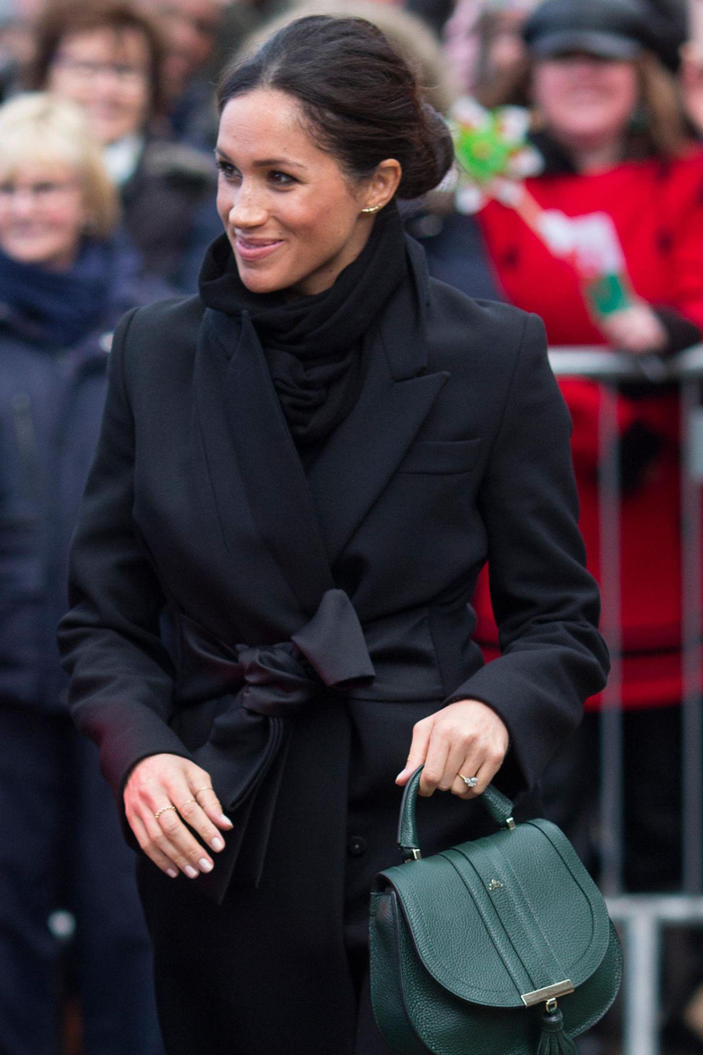 Denn wer weiß, vielleicht ist die Designertasche eine Leihgabe von Herzogin Meghan. Dass sie sich mit der Herzogin von Cornwall gut versteht, ist kein Geheimnis. Immer wieder sieht man Meghan und Camilla lachend und tuschelnd in der Öffentlichkeit. Vielleicht erstreckt sich diese Freundschaft mittlerweile auch über die Kleiderschränke der beiden.