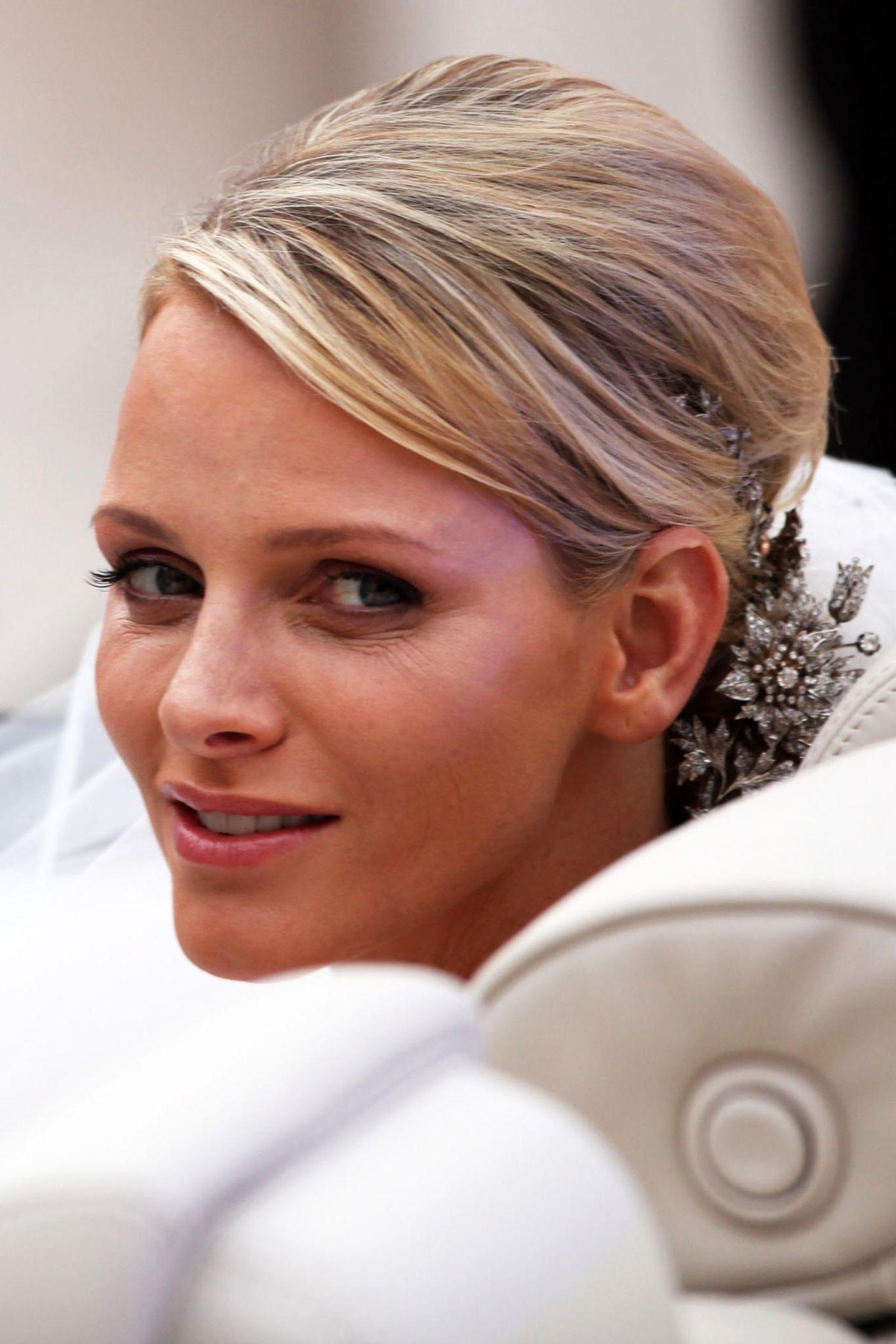 2011  Da ist sie, die schöne Braut! Für ihre kirchliche Hochzeit am 2. Juli wählte Charlène ein ganz natürliches, dezentes Make-up.
