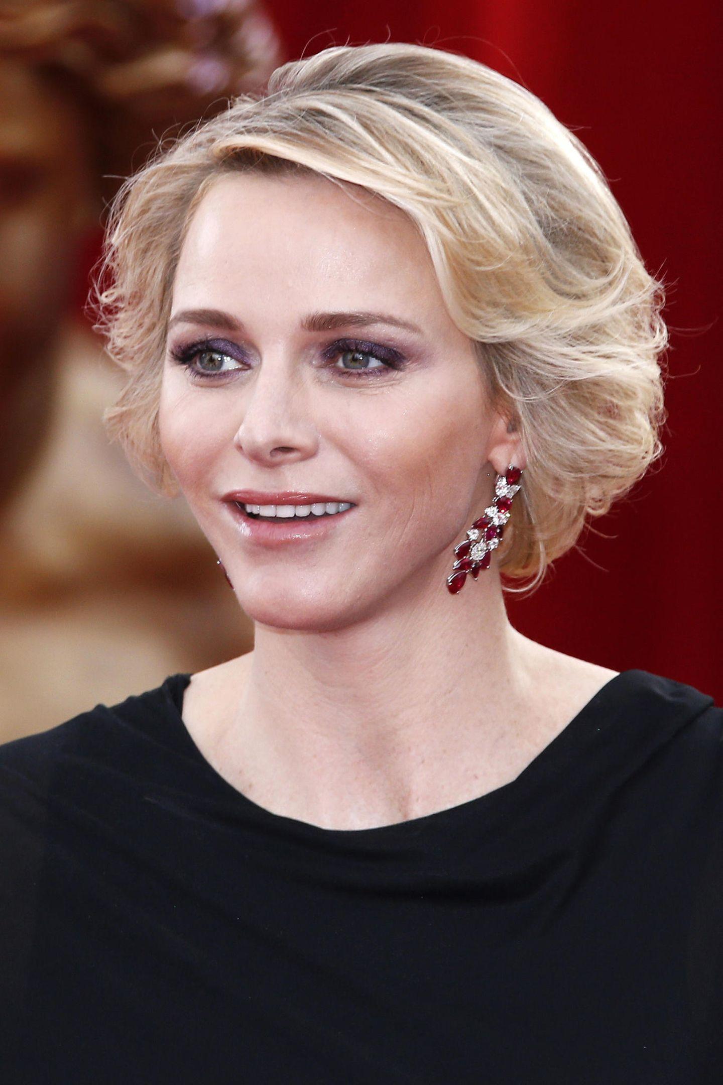 2015  Mit dramatischen Augen-Make-up, dezentem Lippenstift und Hingucker.Ohrringen strahlte Charlène beim Monte-Carlo Television Festival.