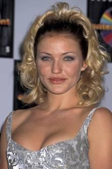1995: Cameron Diaz meint es offenbar zu viel des guten Stylings. Das Haarband hätte sie lieber weglassen sollen. So ist doch etwas zu viel Volumen im Haar.