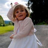 Ingrid Alexandra mit drei Jahren. Die kleine Prinzessin ist ein echter Sonnenschein und verzaubert die Norweger nicht nur mit ihrem niedlichen, rosa-weißen Sommeroutfit, sondern auch mit ihrem geraden Pony.