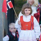 Im Auftrag der Krone unterwegs: Prinzessin Ingrid Alexandra zeigt sich im Mai 2009 stolz in traditioneller Tracht und mit der norwegischen Flagge. Kleid und Schürze passen farblich bestens zu der Fahne in ihrer Hand.
