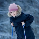 Ihren sechsten Geburtstag verbringt Ingrid Alexandra mit Skifahren. Die kleine Prinzessin steht nicht nur ganz schön professionell auf ihren Skiern, sondern bezaubert auch in ihrem niedlichen Schneeanzug. Ihre Lieblingsfarbe Rosa findet sich als gestreifte Mütze auf ihrem Kopf wieder.