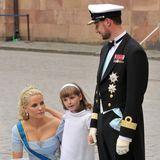 2010 ist ein aufregendes Jahr für die norwegische Thronerbin: Am 19. Juni 2010 begleitet sie ihre Patentante Prinzessin Victoria in Stockholm als Blumenkind zum Altar. Ingrid Alexandra trägt dabei, wie die anderen Blumenmädchen auch, ein gerades weißes Kleid mit passendem Haarband und Ballerinas.