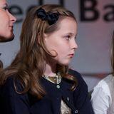 Im Dezember 2012 darf Ingrid Alexandra eine ganz besondere Veranstaltung besuchen: die Verleihung des Friedensnobelpreis in Oslo. Anlässlich der pompösen Verleihung trägt die Prinzessin ein goldenes Glitzerkleid. Dazu kombiniert sie einen dunkelblauen Cardigan sowie eine gleichfarbige Schleife. Trotz ihres niedlichen Outfits scheint sie von der Veranstaltung nicht allzu viel zu halten, blickt auf dem Schoß von Mama Mette-Marit eher gelangweilt drein.