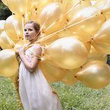 Kleine Prinzessin, großer Auftritt: Das Foto zu Ingrid Alexandras zehntem Geburtstag kann sich wirklich sehen lassen. Das Geburtstagskind posiert in einem weißen, bodenlangen Kleid und mit zahlreichen goldenen Ballons im Garten des Schlosses.