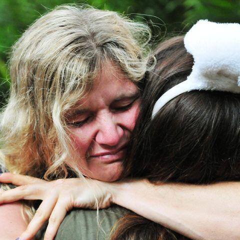 Sandra Kiriasis schließt ihre Freundin Indira Weis in die Arme