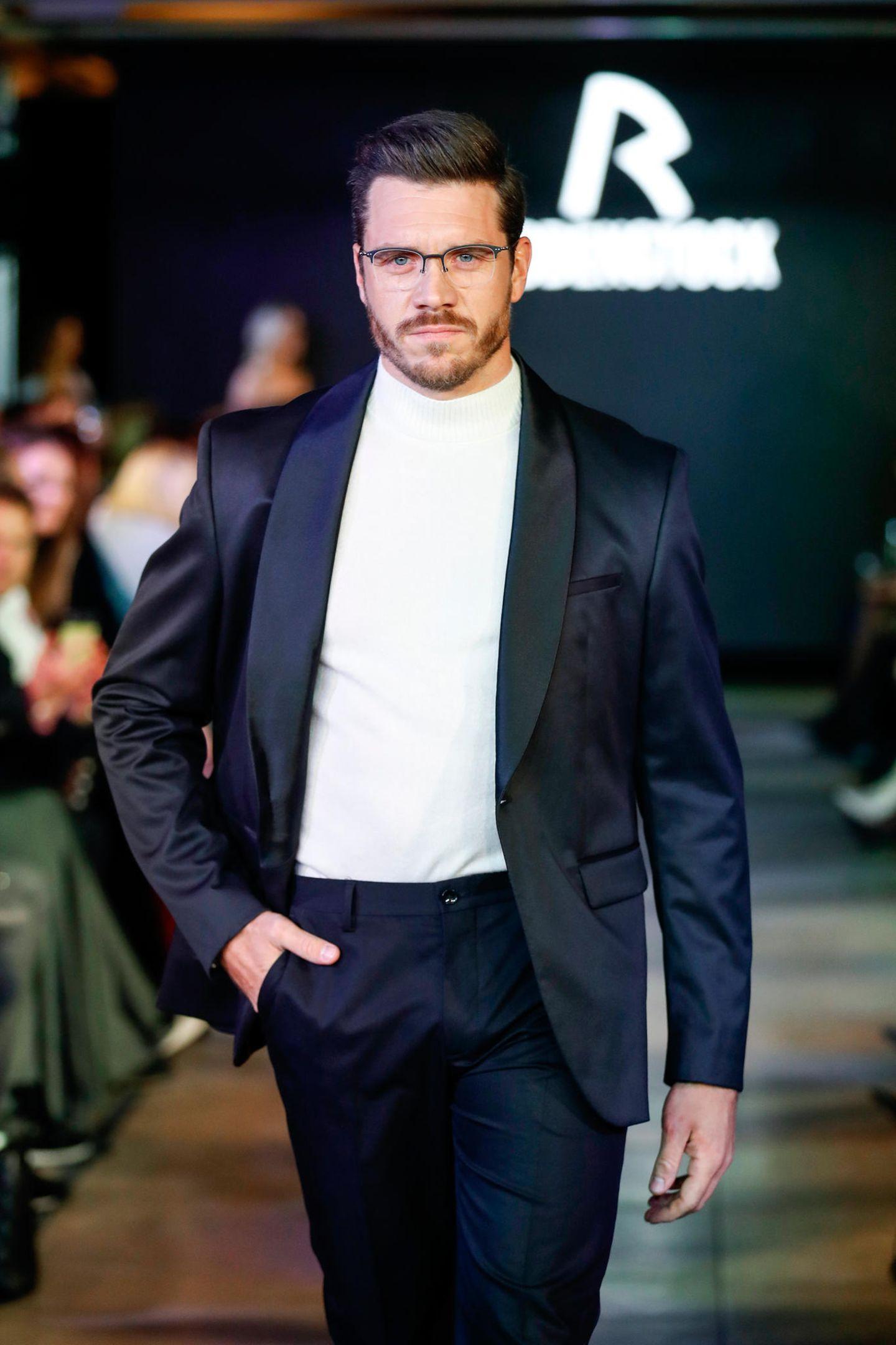 Nur Promi-Kids auf dem Rodenstock-Runway? Von wegen! Helene Fischers neuer Freund Thomas Seitel ist überraschenderweise auch dabei und macht als Brillen-Model eine richtig gute Figur.