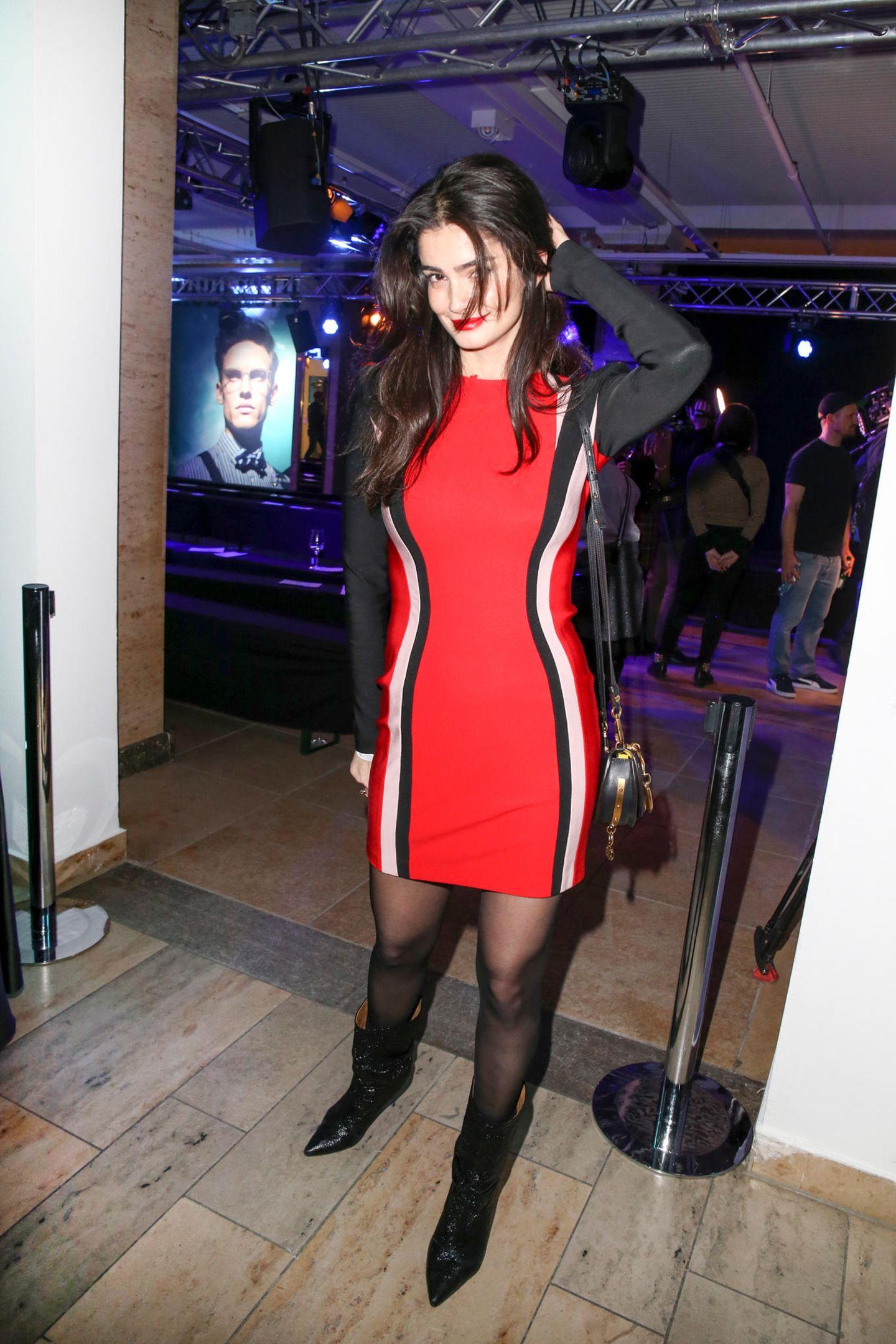 Lady in Red: Topmodel Shermine Sharivar
