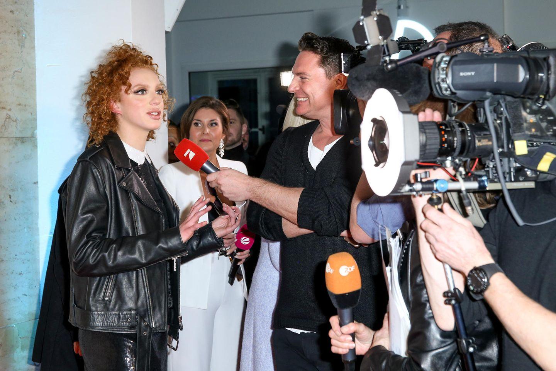 Nach der Rodenstock-Show gibt Anna Ermakova natürlich fleißig Interviews.