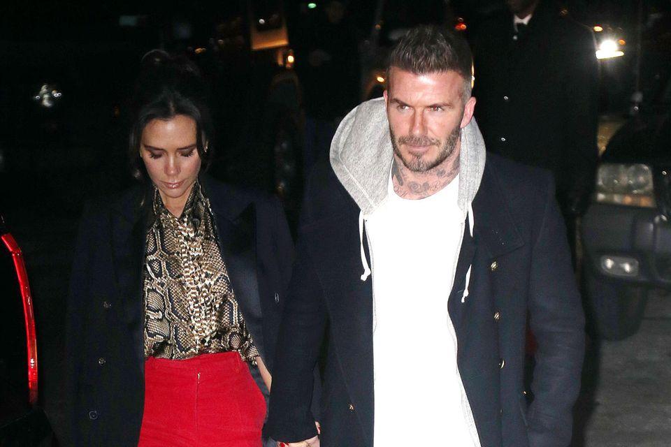 Auf dem Weg zum Launch der Kollektion wird sichtbar, welche Stile Victoria Beckham inspiriert haben: Die von ihr getragene, britische Eleganz und Davids lässiger Streetstyle.