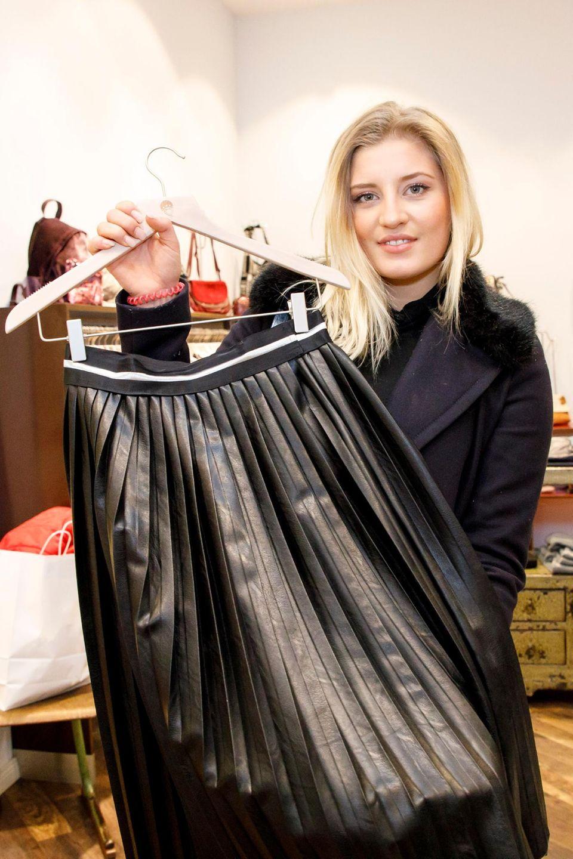 """Luna Schweiger (2018): """"Carzy Heels"""" war das Motto zu dem Til Schweigers Tochter shoppen ging. Ihre stylischen Heels kombiniert sie mit einem Faltenrock in Lederoptik. Guido Maria Kretschmer und den Mitstreiterinnen gefiel es: Luna erhielt 29 Punkte und wurde Promi Shopping Queen."""