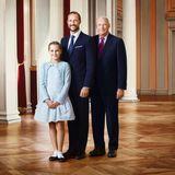 Drei Generationen auf einem Bild: Prinzessin Ingrid Alexandra posiert gemeinsam mit Vater Prinz Haakon und Großvater König Harald für ein offizielles Foto, auf dem Platz eins, zwei und drei der norwegischen Thronfolge zu sehen sind. Ingrid Alexandra wählt für diesen besonderen Anlass ein hellblaues Kleid mit ausgestelltem Rock und einen passenden Cardigan mit auffälligen Knöpfen. Haakon und Harald passt sie sich nicht nur mit der Outfit-Farbe Blau an, sondern auch mit ihren glänzenden Ballerinas, die zu den Lackschuhen der Männer passen.
