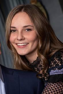 Anfang Dezember 2018 gibt das norwegische Königshaus außerplanmäßig ein Foto von Ingrid Alexandra und Bruder Sverre Magnus. Die Geschwister posieren darauf fröhlichnebeneinander, Ingrid Alexandra nimmt ihren kleinen Bruder liebevoll in den Arm. Während Sverre Magnus für das Shooting auf Hemd und Sakko setzt, zeigt Ingrid Alexandra Haut. Sie entscheidet sich für ein Oberteil mit Blümchenspitze.