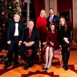 Weihnachten bei den Royals. Während Prinzessin Mette-Marit und Königin Sonja kleidungstechnisch auf festliches Rot setzen, wählt Ingrid Alexandra Weihnachten 2017 einen All-over-Black-Look. Zu ihrem Plisseekleid kombiniert sie eine blickdichte Strumpfhose und glitzernde Ballerinas. Als zusätzlichen Hingucker trägt die Prinzessin an beiden Händen zarte Ringe, ihre Haare hat sie gelockt.