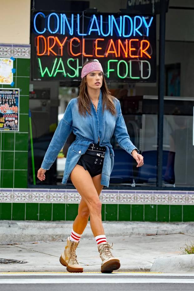 """Hola, chica! In einer knappen Leder-Shorts und mit derben Boots an den Füßen marschiert Alessandra Ambrosio durch Miami – ihre trainieren Beine dabei perfekt in Szene gesetzt. Dieser Biker-Look ist jedoch nicht der Alltags-Style der 37-Jährigen, denn das Model steht für dieitalienischen Ausgabe der """"ELLE"""" vor der Kamera und gibt am Set alles! Süßes Detail: einrosafarbenes Haarband, das den derben Look direkt """"girly"""" wirken lässt."""