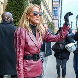 Bonjour! Gut gelaunt winkt Céline Dion den Fotografen auf den Straßen von Paris zu. In ihrem Haute-Streetstyle wird sie während der Couture-Woche in der französischen Hauptstadt zum beliebten Motiv.