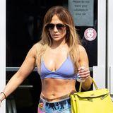 In dieser Tasche sollte Jennifer Lopez besser keine verschwitzen Sportklamotten transportieren. Zu ihrem Fitness-Look kombiniert die Sängerin natürlich keinen Turnbeutel ausBaumwolle, sonderneine leuchtend gelbe XL-Kelly-Bag vonHermès. Die begehrten Klassiker des französischen Modehauses gibt es ab rund. 6.000 Euro, je nach Größe und Material sind nach oben keine Grenzen gesetzt. Die Warteliste für ein solchesModell beträgt bis zu zwei Jahren.