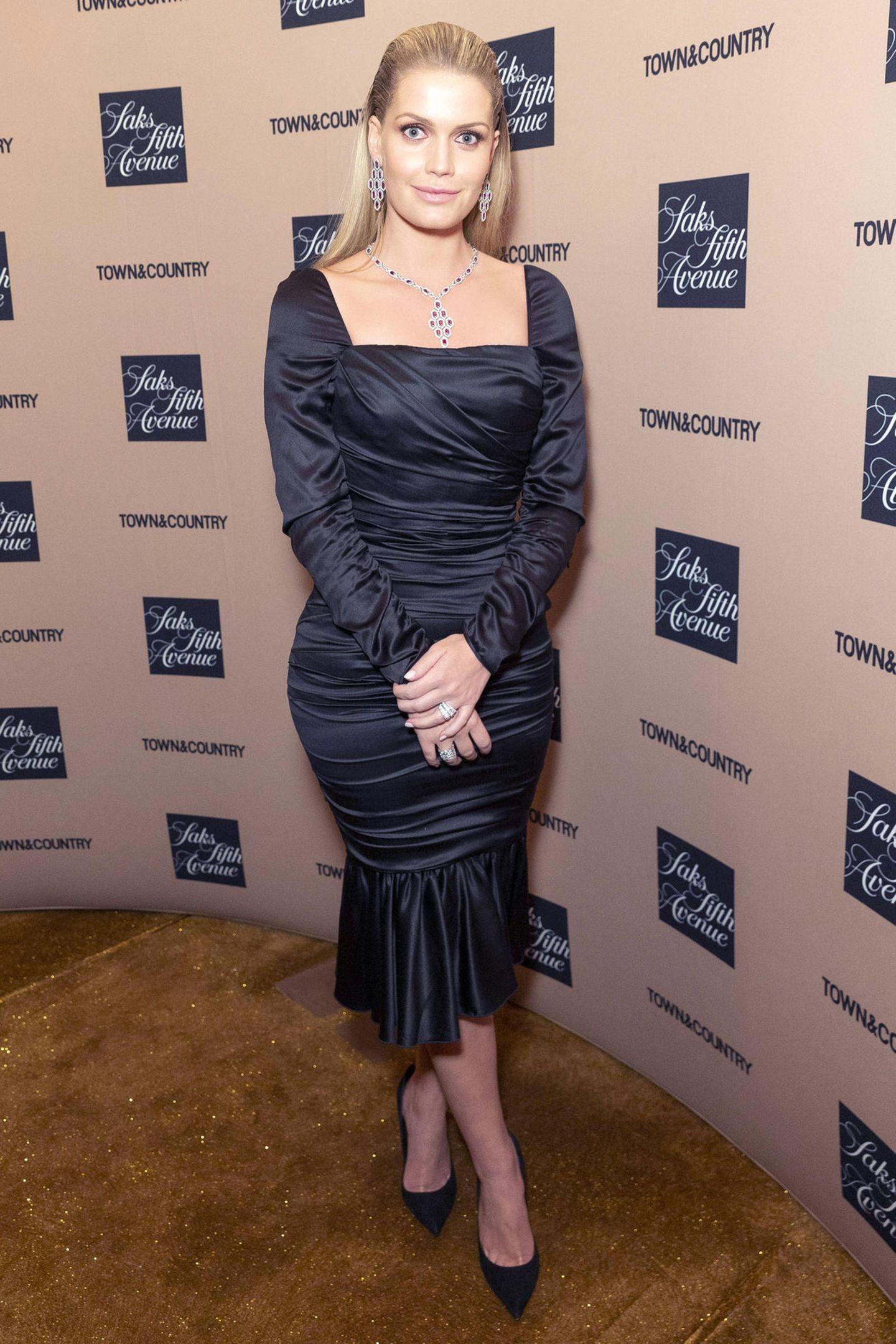 Dazu kombiniert die Markenbotschafterin des traditionsreichen Schmuckhauses die passenden Ohrringe und zwei Ringe, die sicherlich auch nicht aus der Modeschmuck-Abteilung eines Kaufhauses stammen. Dieser Auftritt von Lady Dianas schöner Nichte ist mindestens so hochkarätig wie das ein oder andere Juwel in der Schatzkammer der britischen Royals.