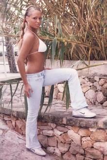 """""""Der erste Mallorca-Urlaub 2004.Diese Frisur hatte mich 3 Tage Kopfschmerzen gekostet...aber war halt schick"""", schreibt TV-Star Daniela Katzenberger zu diesem witzigen Flashback-Foto auf Instagram."""