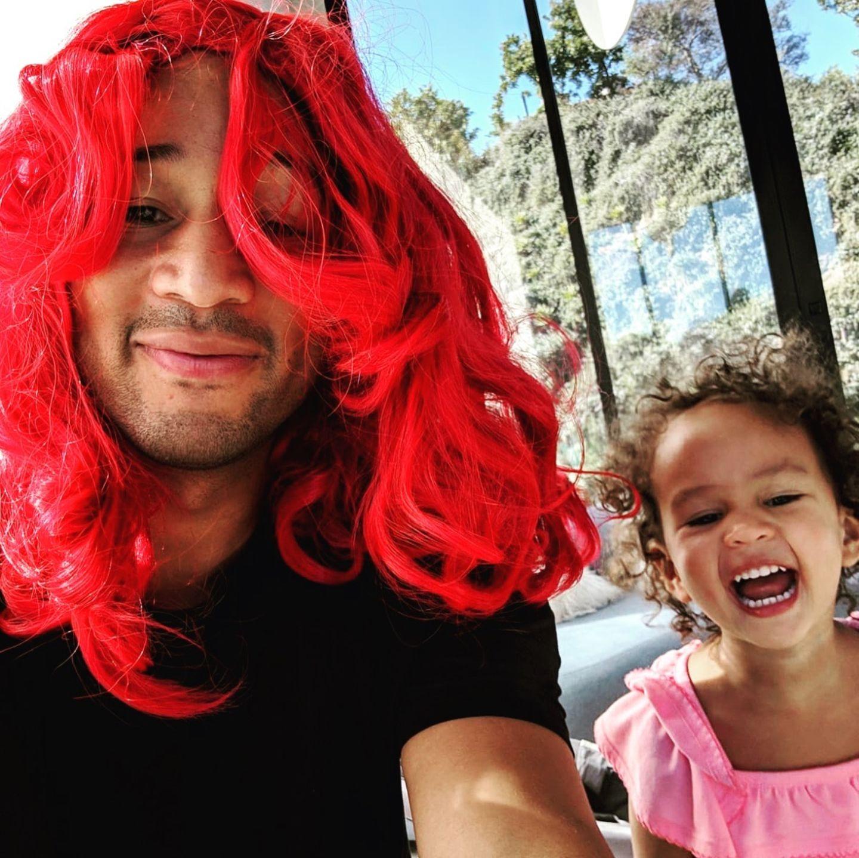 """26. Januar 2019  Sänger John Legend hat jüngst einen Vater-Tochter-Tag mit seiner Luna verbracht:Die beiden scheinen dabei eine Menge Spaß gehabt zu haben, wie Fotos auf dem Instagram-Account von Mama Chrissy Teigen zeigen.""""Meine Babys haben ohne mich zu viel Spaß"""", schreibt sie scherzend zu den Schnappschüssen, auf denen die beiden mit einer roten Perücke herumalbern."""