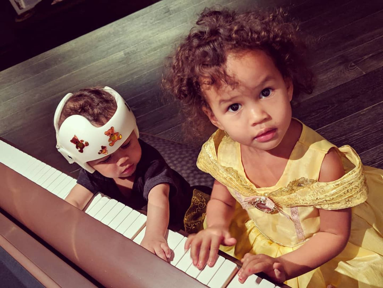 """27. Januar 2019  """"Entschuldigung, ich unterrichte hier"""", postet Papa John Legend scherzend zu dem süßen Foto seiner Kids. Falls sich jemand über Miles' Helm wundert: Der kleine Mann hat einen leicht verformten Kopf und wird das Problem mithilfe der der ungewöhnlichen Kopfbedeckung hoffentlich schnell wieder los."""