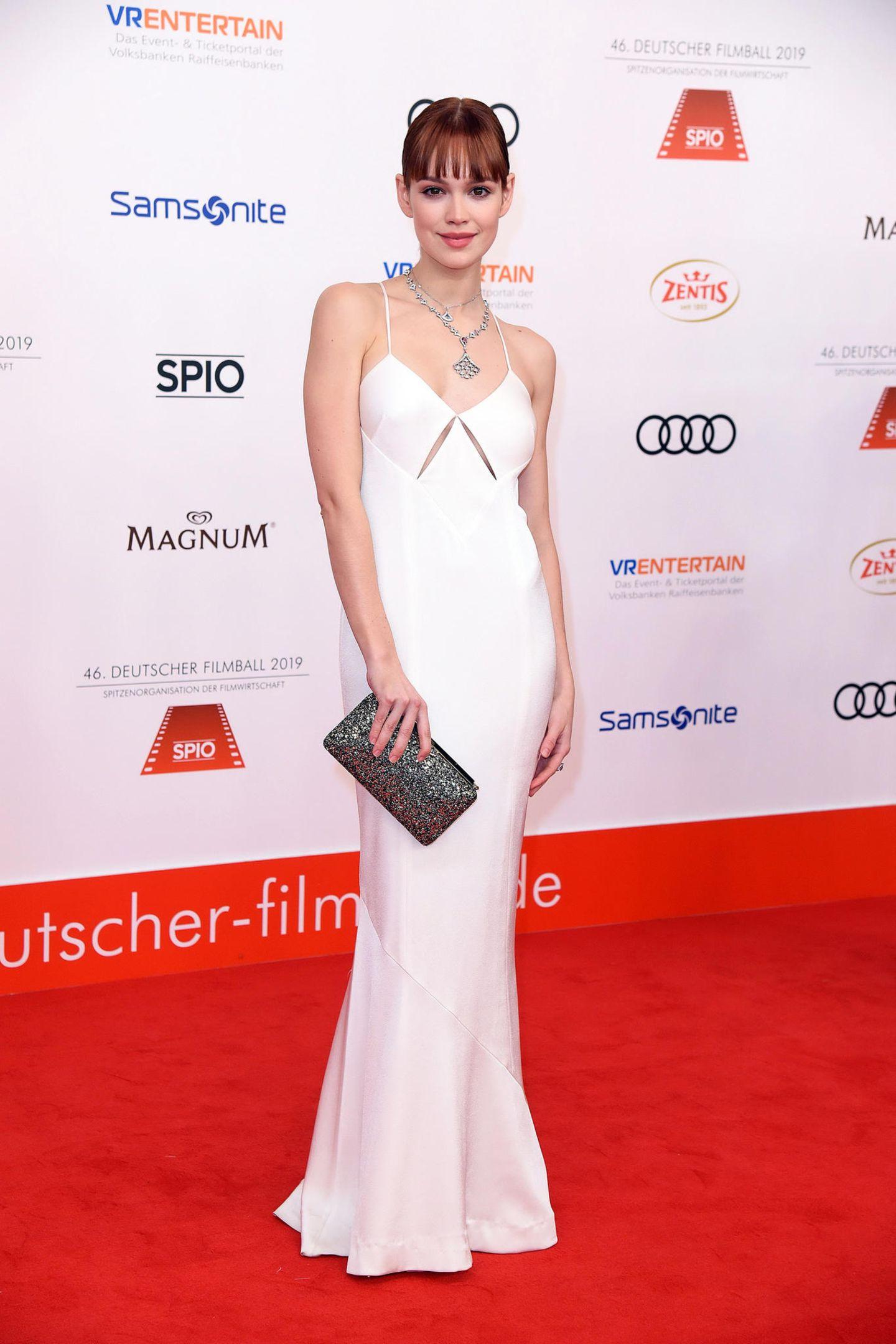 """""""Ku'damm 59""""-Star Emilia Schüle bezaubert in einem weißen Seidenkleid."""
