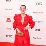 Glamouröse Tarnkleidung: Hätte sich Alicia von Rittberg auf den Red Carpet gelegt, man hätte sie dank ihres roten Kleides vermutlich nicht mehr gesehen.